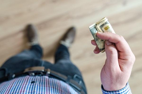czlowiek z pieniędzmi w ręce