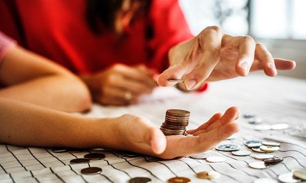 zdjęcie dłoni i pieniędzy