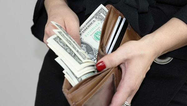 wkładanie gotówki do portfela