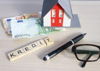 napis kredyt, dom i banknoty