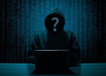 zdjęcie hakera przy komputerze